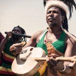 KING AYISOBA – DVE STRUNY, DVA HLASY A JEDEN AFRICKÝ ŠAMAN